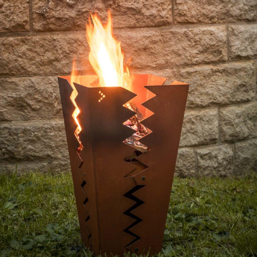 Aufrechter Feuerkorb aus Stahl im Sägezahn-Design