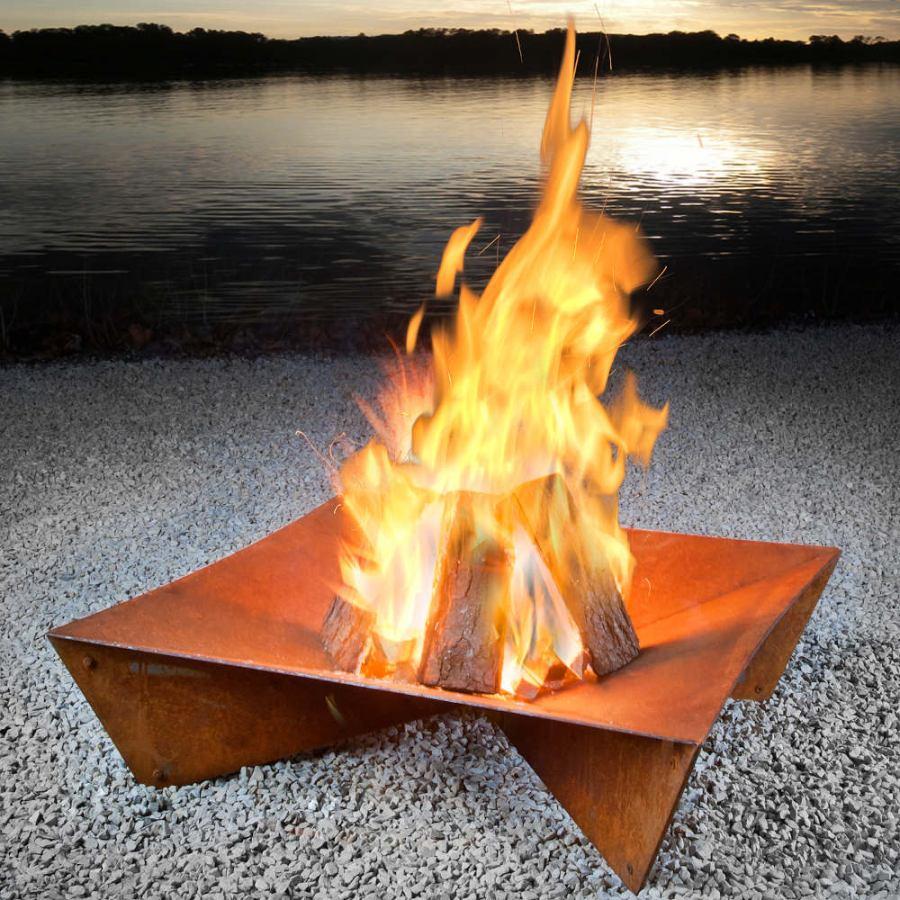 Feuerstelle aus Stahl im geometrischen Design