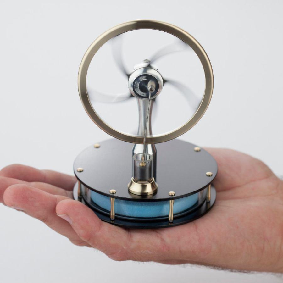 Stirling-Motor zum Betrieb mit Handwärme, Sonnenlicht, Kaffee etc.