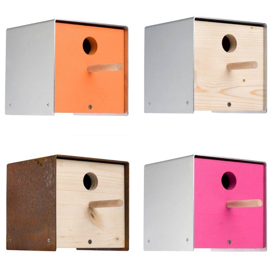 Nistkasten aus Holz und Stahl in verschiedenen Farben