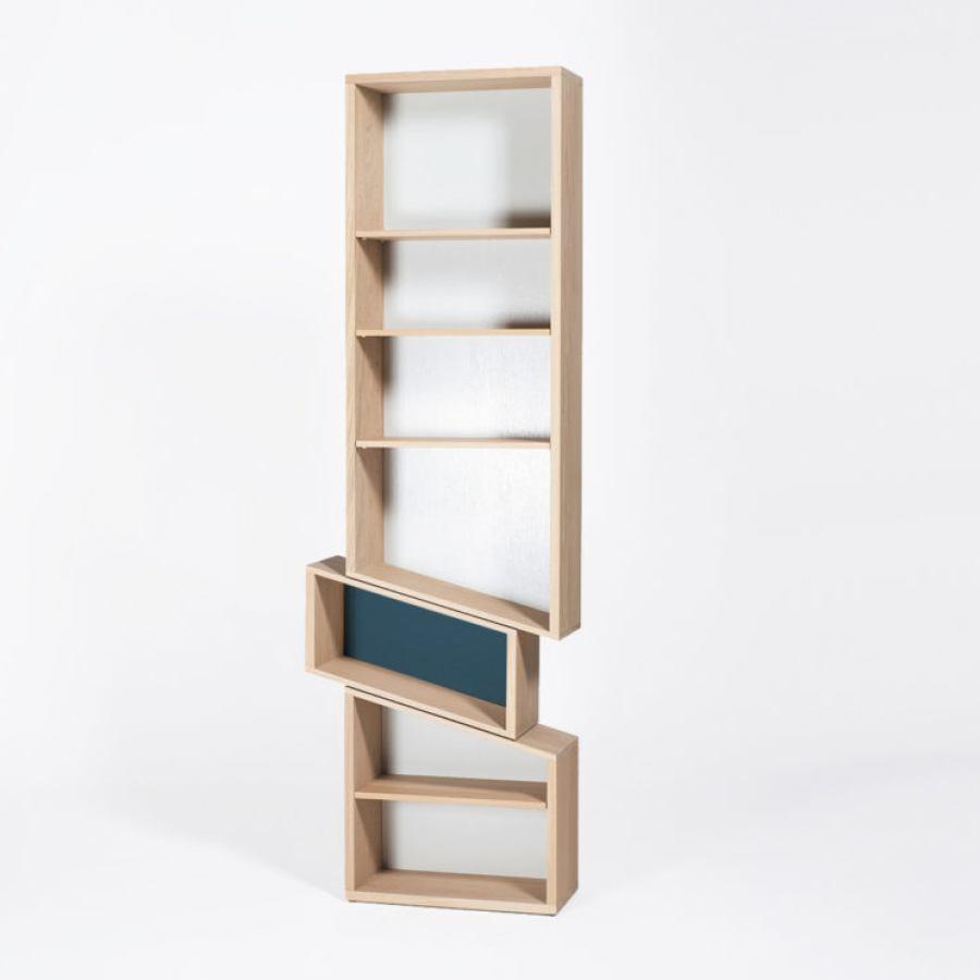Verrutschtes Bücherregal aus Massivholz | Kunstbaron
